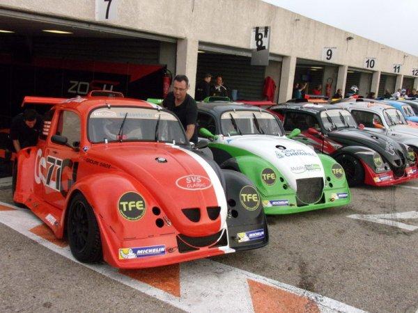 Les voitures en ligne devant les stands - 7H de Lédenon 2014