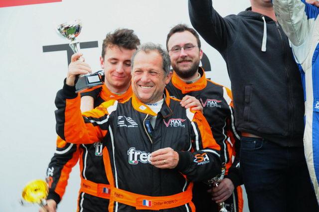 Funcup Le Mans 2016 - Sur le podium, Didier Robin retrouve sa place de chef de famille devant ses deux fils - Photo Daniel Noly